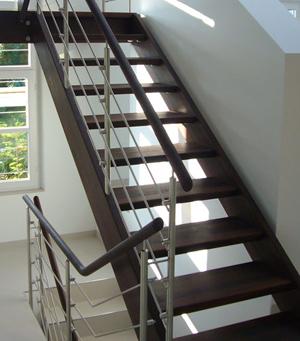 treppenstufen aus dunklem holz – bizfast, Moderne